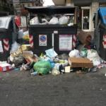 Discarica Capitale, tra cassonetti pieni e sacchetti in strada Roma attraversa il suo momento più buio.